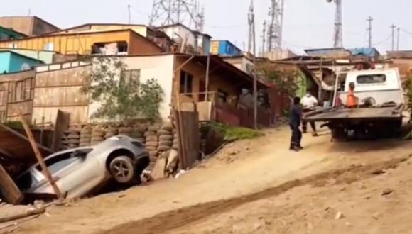 Familia se salva de morir al caer auto dentro de su vivienda ubicada en Ventanilla