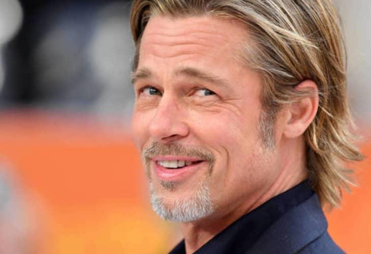 Brad Pitt es fotografiado en silla de ruedas y saliendo de un centro médico