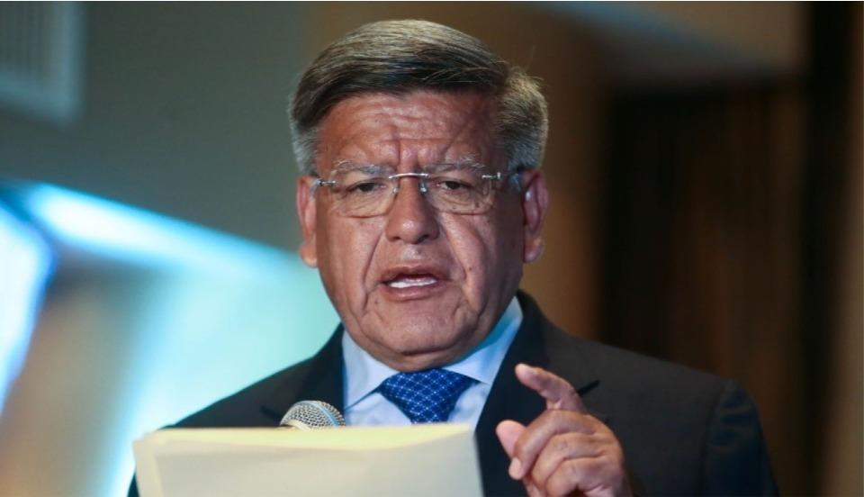 """César Acuña dice que el Perú necesita """"40 mil millones de vacunas"""" y es víctima de burlas"""