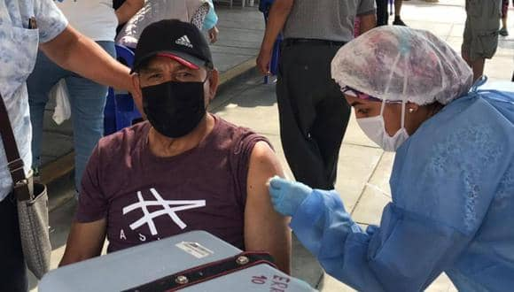 Héctor Chumpitaz recibe primera dosis de vacuna contra el COVID-19