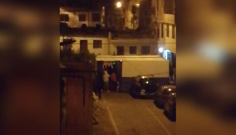 Comas: participantes de 'fiesta COVID' lanzan botellas a Policía para no ser intervenidos