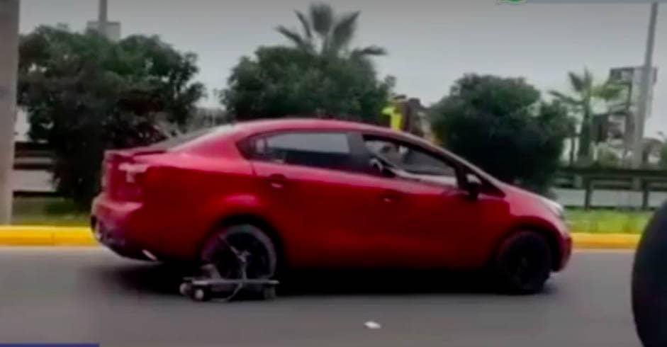 Auto circula en Costa Verde con patineta en lugar de llanta