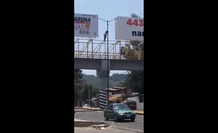 [VIDEO] Circula video donde hombre baila en puente peatonal y arriesga su vida