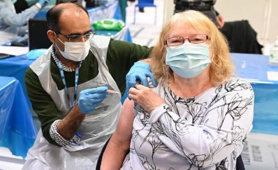 ¿Por qué algunos países europeos usan vacunas AstraZeneca solo en adultos mayores?
