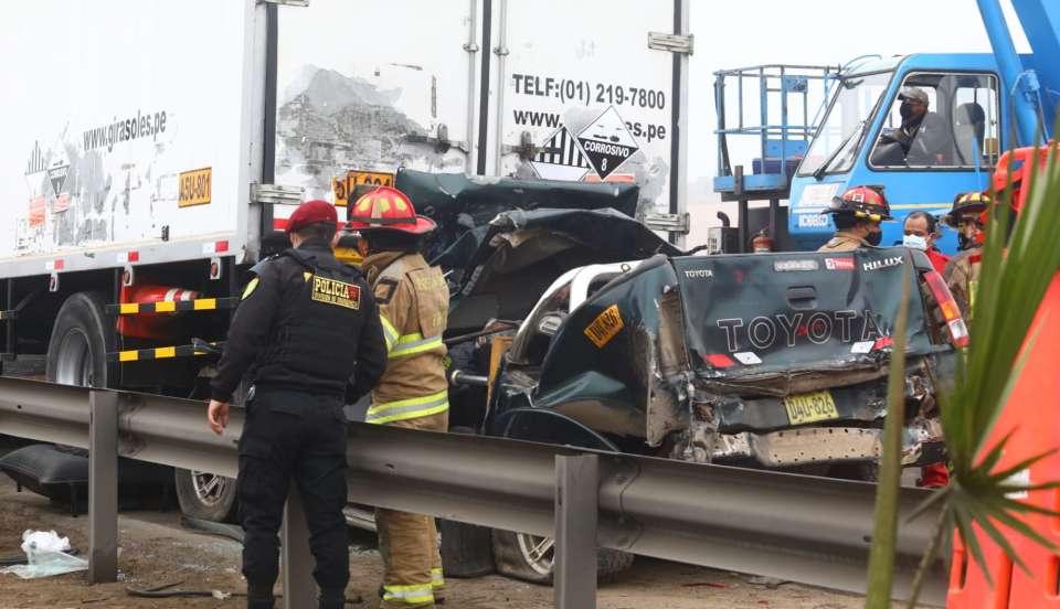 Panamericana Sur: Conductor queda atrapado entre los fierros de su camioneta tras chocar con camión