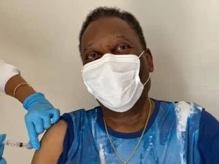 El 'Rey' Pelé se vacuna contra el COVID-19