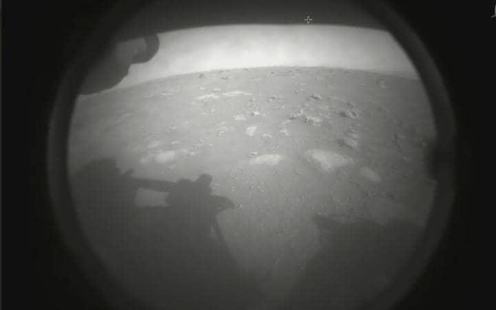 Robot Perseverance envía sus primeras fotos tras llegar a Marte