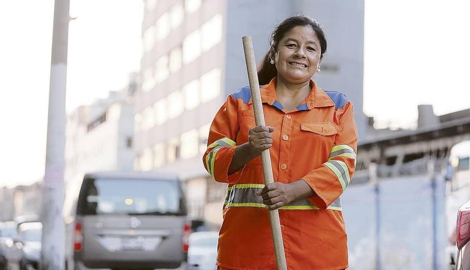 (VIDEO) Isabel Cortez recibe credencial de congresista con su uniforme de personal de limpieza pública