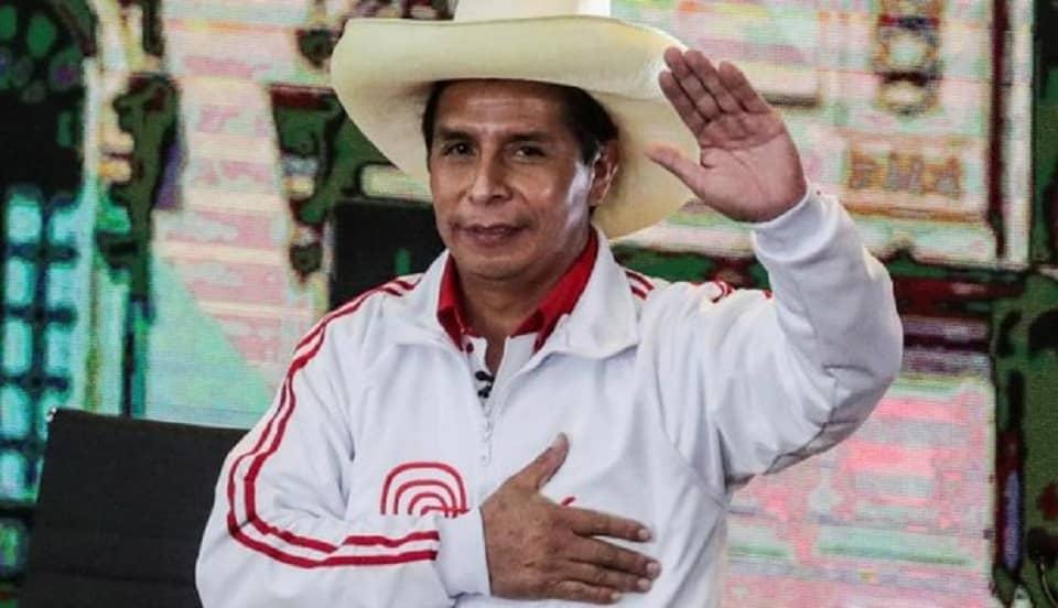 Pedro Castillo corona a alumna en certamen escolar